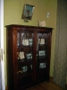Книжкова шафа із поетичними та художніми  творами поета, написаними під час подорожі на Схід. Над нею портрет Еміра Вацлава Жевуського.