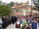 Українська і польська молодь із квітами – до пам'ятника Юліушу Словацькому.